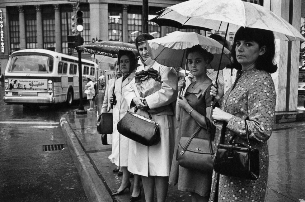 en-071-women-waiting-at-a-bus-stop-in-the-rain-detroit-1968-web