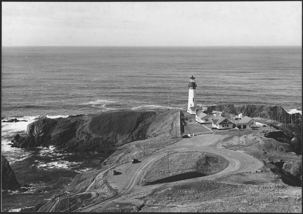 YAQUINA_LIGHTHOUSE_ON_YAQUINA_HEAD_FOUR_MILES_NORTH_OF_NEWPORT_-_NARA_-_520113